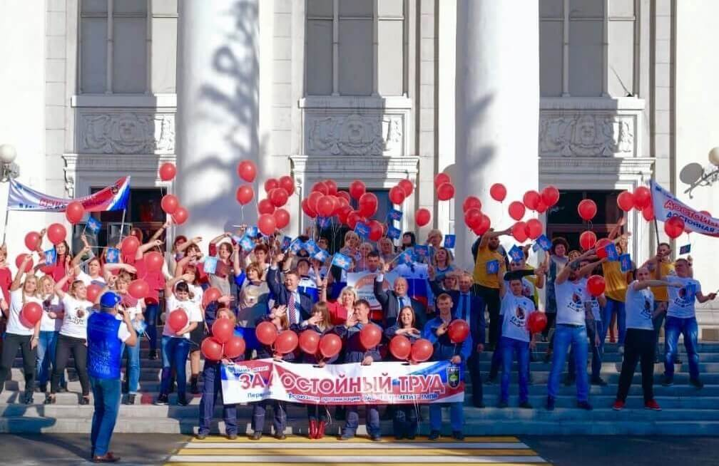 Танцевальный флешмоб молодежи ММК-Метиз в честь Всемирного дня действий за достойный труд
