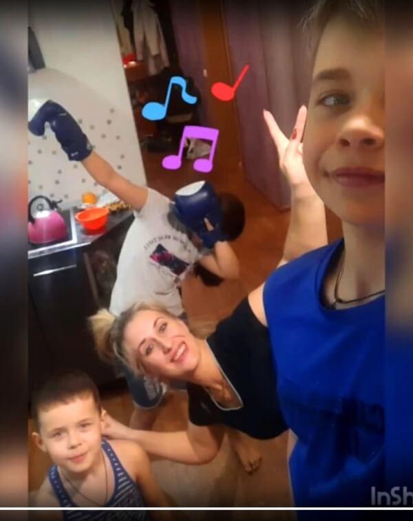 Участие семьи, домашняя обстановка были одним из требований конкурса видеороликов ММК-МЕТИЗ